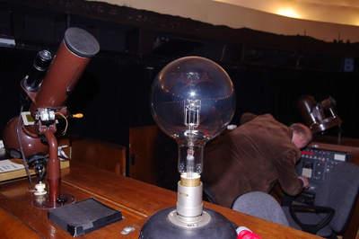 Żarówka o mocy 1,5 kW generująca gwiazdy w planetarium