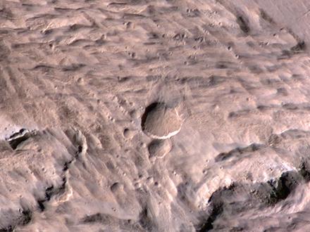 Zdjęcie wykonane 19 maja 2014 roku wykonane przez Mars Reconnaissance Orbiter. Przedstawia świeżo powstały krater o średnicy 48,5 metra, znajdujący się w pobliżu marsjańskiego równika..