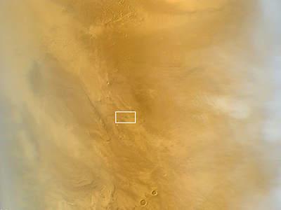 Zdjęcie zrobione przez  Mars Reconnaissance Orbiter 20 marca 2014. Przedstawia powierzchnie marsa z charakterystyczną ciemną kropką. Została ona otoczona białym prostokątem dla łatwiejszej lokalizacji