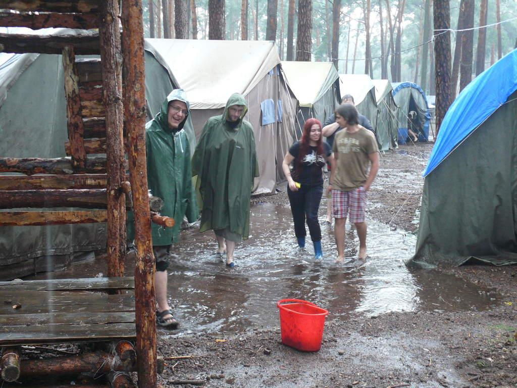 Obóz dla starszych 2014: kadra ratująca obóz przed powodzią