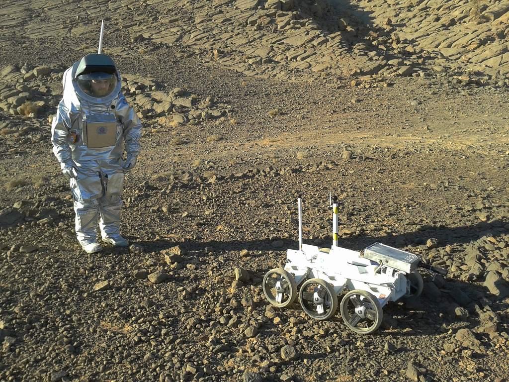 Łazik i astronauta na powierzchni Marsa – wizja artystyczna