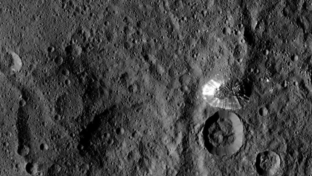 Wysoka na 6 kilometrów stożkowata góra na południowej półkuli Ceres (po prawej).