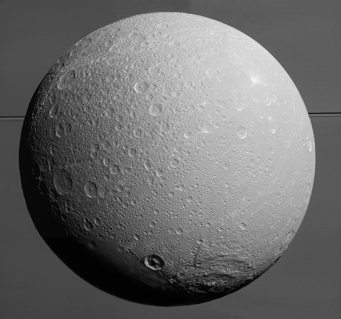 Dione na tle Saturna