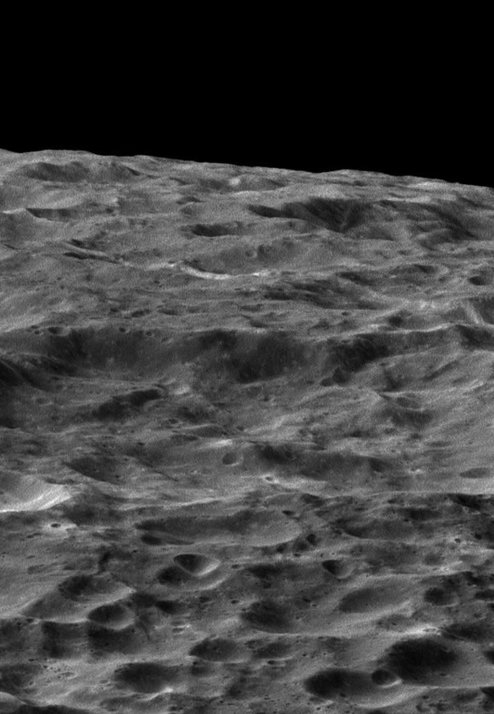 Kratery na powierzchni Dione