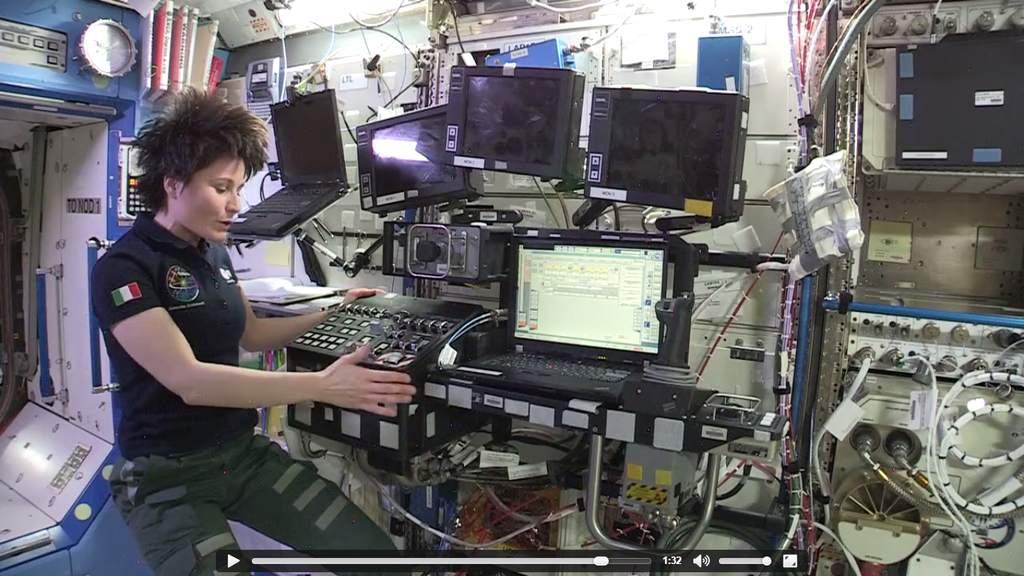 Samantha Cristoforetti opowiada o sterowaniu robotycznym ramieniem Canadarm2