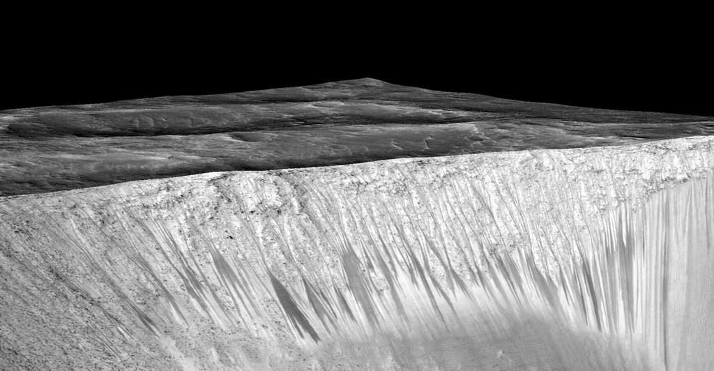 Ciemne smugi na ścianie marsjańskiego krateru Garni