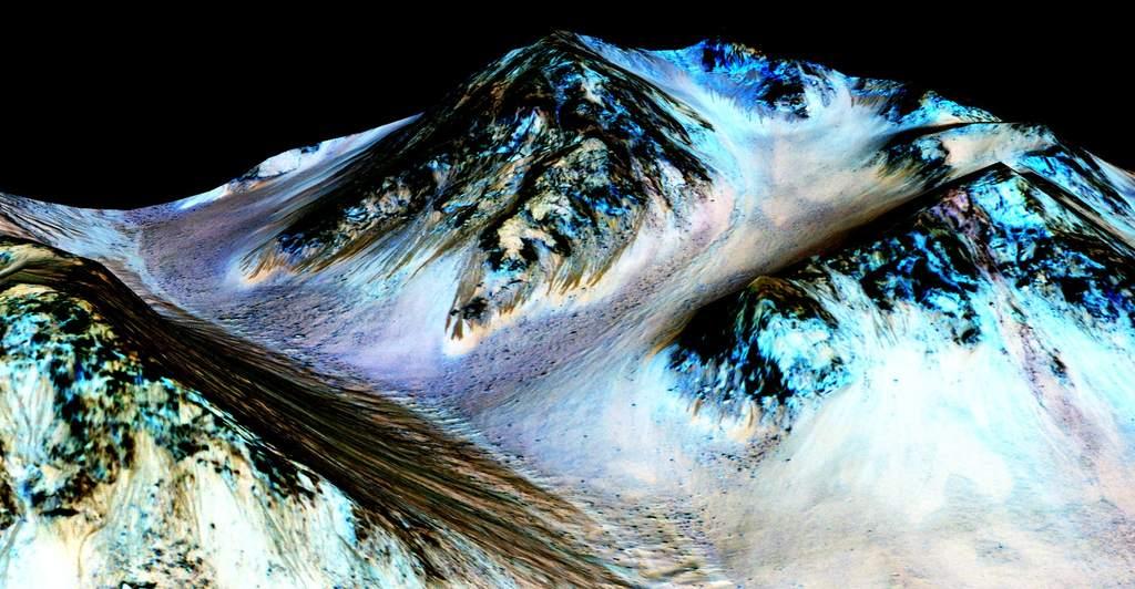 Obraz stoków wkraterze Hale, naktórychznaleziono ślady uwodnionych soli, uzyskany dzięki danym zkamery HiRISE. Ciemne smugi mają przybliżoną długość boiska futbolowego (około stu metrów).