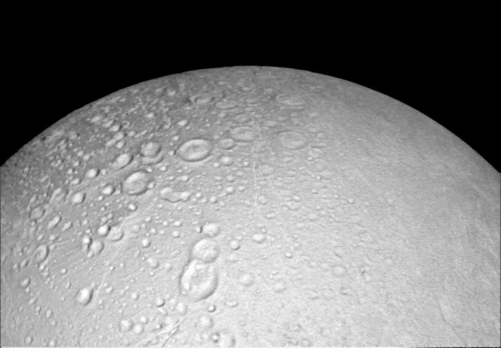 Biegun północny Enceladusa pokryty kraterami