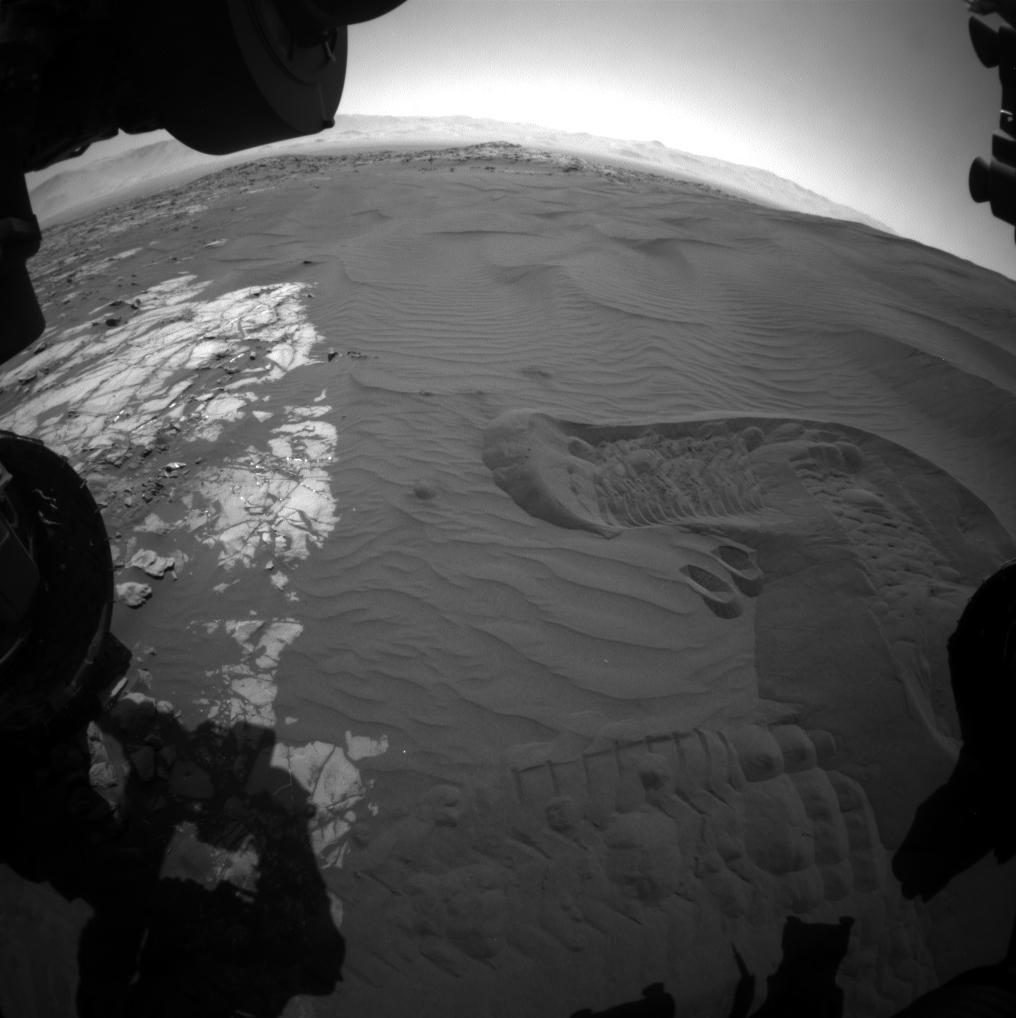 Curiosity bada piasek przed pobraniem
