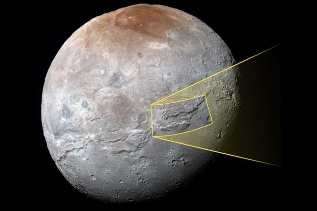 Charon wraz z zaznaczonym obszarem kanionu.