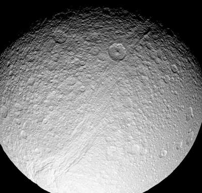 Księżyc Saturna Tetyda z ogromnym kanionem Ithaca Chasma.
