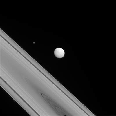 Tetyda, jeden z lodowych wewnętrznych księżyców Saturna.