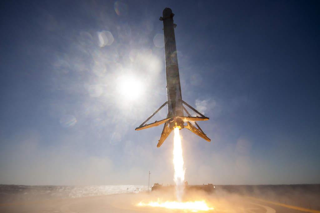 Falcon 9 w trakcie lądowania