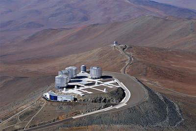 Widok zlotu ptaka naVery Large Telescope (VLT) wObserwatorium Paranal.
